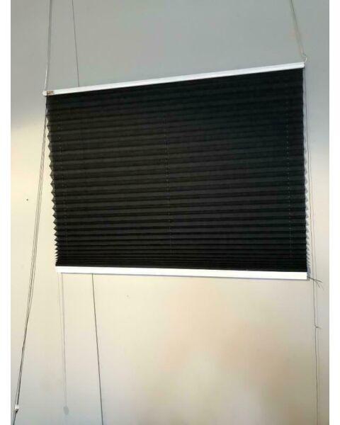 Plisse zwart transparant ingespannen raamdecoratie